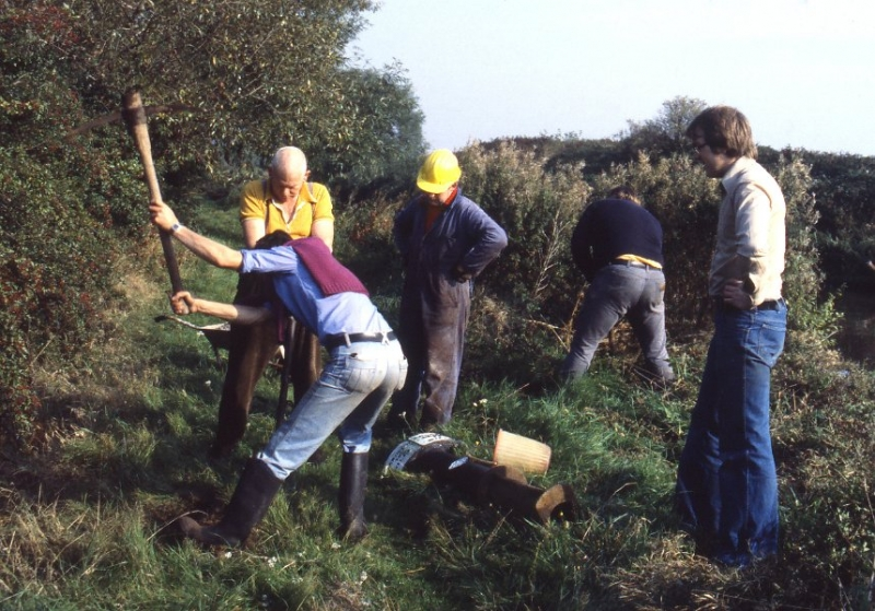 4 Tatenhill 8-10-1978 Work Party putting back original milepost