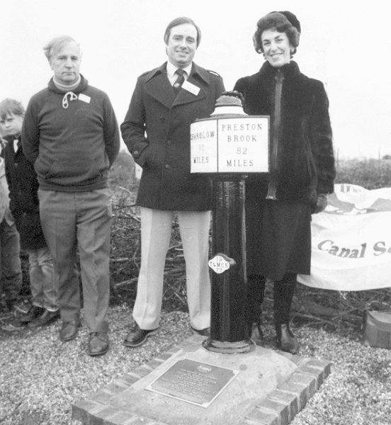 8 Unveiling Milepost 10/82 (Greyhound Boat Club)